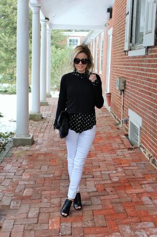Cómo combinar: botines de cuero con recorte negros, pantalones pitillo blancos, camisa de vestir estampada en negro y blanco, jersey con cuello circular negro