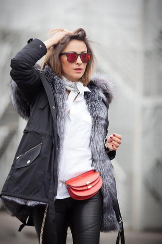 Cómo combinar: bolso bandolera de cuero rojo, pantalones pitillo de cuero negros, camisa de vestir blanca, parka negra