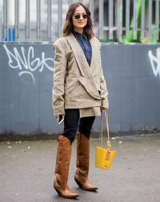 Cómo combinar: botas camperas de cuero marrónes, pantalones pitillo negros, camisa vaquera azul marino, blazer cruzado en beige