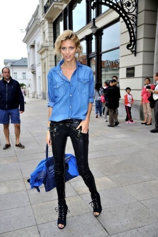 Combinar un bolso de hombre de cuero azul: Opta por un blazer azul y un bolso de hombre de cuero azul para un look agradable de fin de semana. Completa tu atuendo con botines con cordones de ante negros para destacar tu lado más sensual.