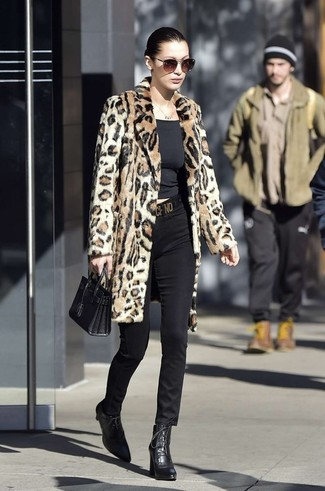 Cómo combinar: botines con cordones de cuero negros, pantalones pitillo negros, camiseta con cuello circular negra, abrigo de piel de leopardo marrón claro