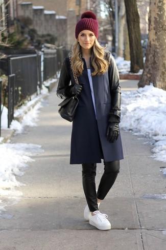 Combinar un gorro burdeos: Haz de un abrigo de cuero negro y un gorro burdeos tu atuendo para un look agradable de fin de semana. Tenis de cuero blancos son una opción muy buena para completar este atuendo.