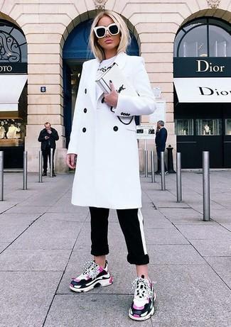 Cómo combinar: deportivas rosa, pantalones pitillo de rayas horizontales en negro y blanco, camiseta con cuello circular estampada blanca, abrigo blanco