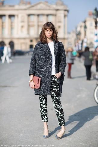 Cómo combinar unos pantalones pitillo en negro y blanco con unos zapatos de tacón  plateados 1da15cf9c93d