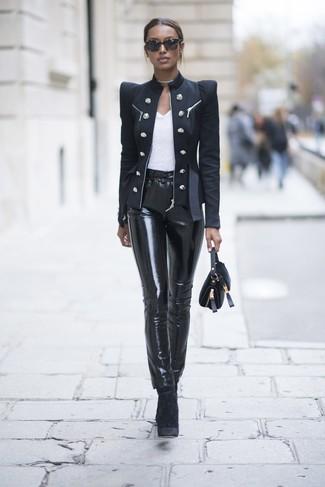 Cómo combinar: botines de terciopelo negros, pantalones pitillo de cuero negros, camiseta con cuello circular blanca, blazer cruzado negro