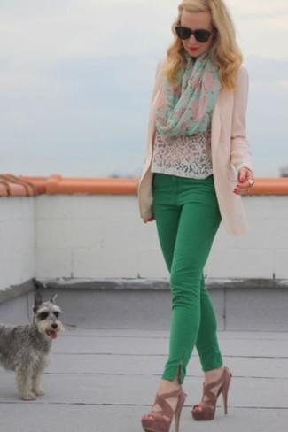 Cómo combinar: sandalias de tacón de ante marrónes, pantalones pitillo verdes, camiseta con cuello circular de encaje blanca, blazer en beige