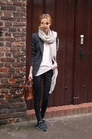 Cómo combinar: tenis negros, pantalones pitillo negros, camiseta con cuello circular blanca, blazer negro