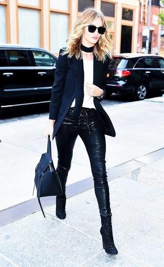 Cómo combinar: botines de ante con recorte negros, pantalones pitillo de cuero negros, camiseta con cuello circular blanca, blazer negro
