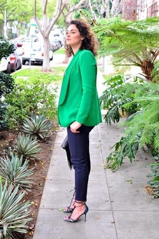 Combinar unos pantalones pitillo azul marino: Empareja un blazer verde junto a unos pantalones pitillo azul marino para lidiar sin esfuerzo con lo que sea que te traiga el día. Zapatos de tacón de cuero con print de serpiente azul marino son una opción perfecta para completar este atuendo.