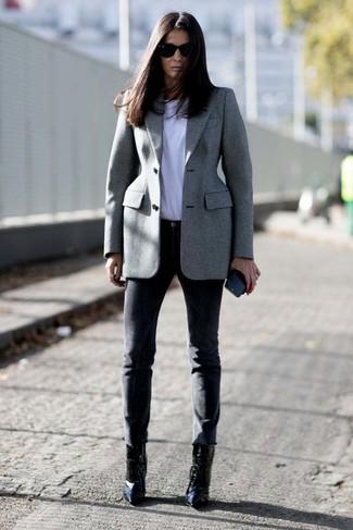 Cómo combinar: botines de cuero negros, pantalones pitillo negros, camiseta con cuello circular blanca, blazer gris