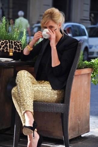 Cómo combinar: zapatos de tacón de ante negros, pantalones pitillo de lentejuelas dorados, camiseta con cuello circular negra, blazer negro