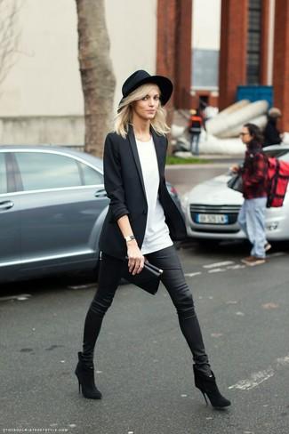 Cómo combinar: botines de ante negros, pantalones pitillo de cuero negros, camiseta con cuello circular blanca, blazer negro