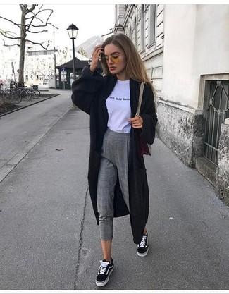 Cómo combinar: tenis de lona en negro y blanco, pantalones pitillo de lana a cuadros grises, camiseta con cuello circular estampada en blanco y negro, cárdigan largo negro
