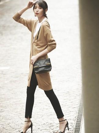 Cómo combinar: sandalias de tacón de cuero negras, pantalones pitillo negros, camiseta con cuello circular blanca, cárdigan largo marrón claro