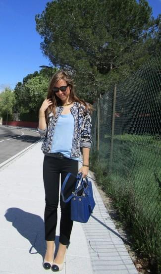 Cómo combinar: zapatos de tacón de cuero en blanco y negro, pantalones pitillo negros, camiseta con cuello circular celeste, chaqueta abierta estampada azul marino