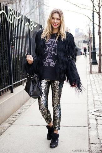 Cómo combinar: zapatillas altas negras, pantalones pitillo de lentejuelas plateados, camiseta con cuello circular estampada en negro y blanco, chaqueta de piel negra