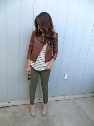 Cómo combinar: zapatos de tacón de ante marrón claro, pantalones pitillo verde oliva, camiseta con cuello circular de rayas horizontales blanca, chaqueta motera de cuero marrón