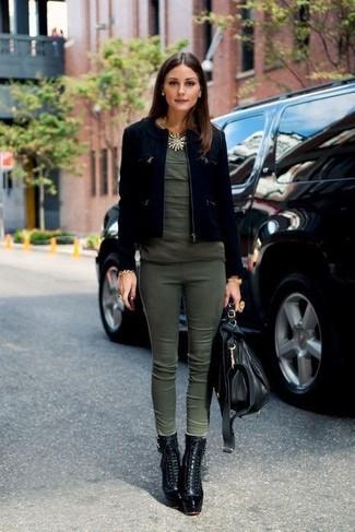 Cómo combinar: botines con cordones de cuero negros, pantalones pitillo verde oliva, camiseta con cuello circular verde oliva, chaqueta motera de ante negra