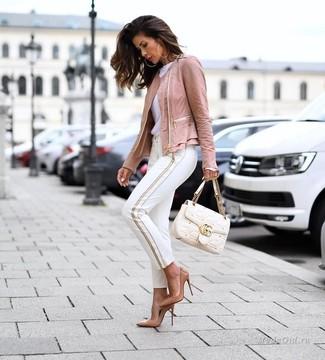 Cómo combinar: zapatos de tacón de cuero marrón claro, pantalones pitillo blancos, camiseta con cuello circular blanca, chaqueta motera de cuero rosada