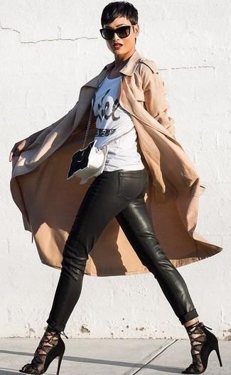Cómo combinar: sandalias de tacón de malla negras, pantalones pitillo de cuero negros, camiseta con cuello circular estampada en blanco y negro, gabardina marrón claro