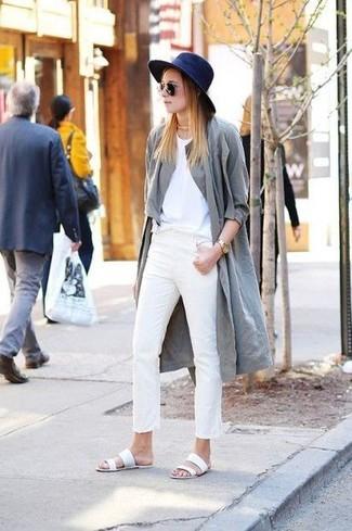 Cómo combinar: sandalias romanas de cuero blancas, pantalones pitillo blancos, camiseta con cuello circular blanca, gabardina gris
