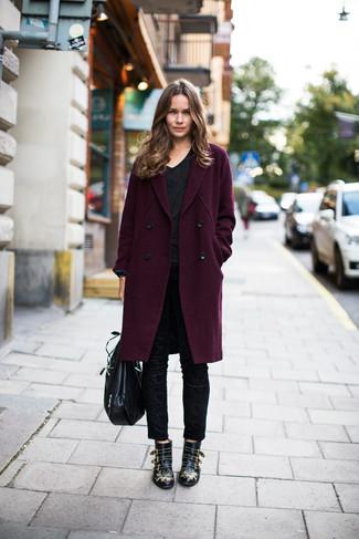 Cómo combinar: botines de cuero con tachuelas negros, pantalones pitillo negros, camiseta con cuello en v negra, abrigo morado oscuro