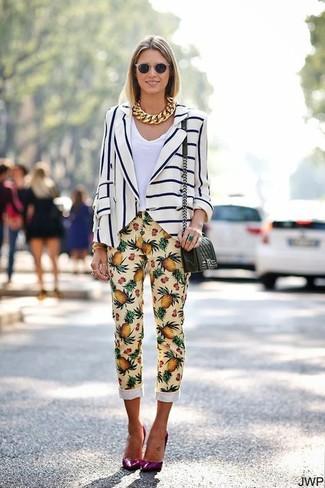 Cómo combinar: zapatos de tacón de cuero morado, pantalones pitillo estampados amarillos, camiseta con cuello en v blanca, blazer de rayas verticales en blanco y azul marino
