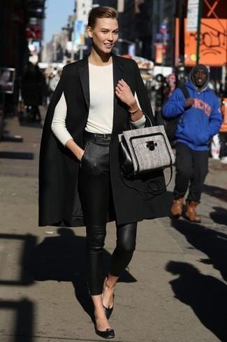 Cómo combinar: bailarinas de cuero negras, pantalones pitillo de cuero negros, camiseta de manga larga en beige, capa negra