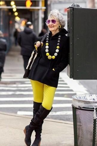 Cómo combinar: botas sobre la rodilla de ante negras, pantalones pitillo amarillos, camiseta de manga larga amarilla, poncho negro