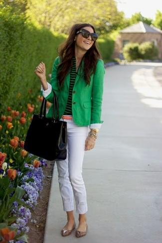 Cómo combinar: bailarinas de cuero de leopardo marrón claro, pantalones pitillo blancos, camiseta henley de rayas horizontales verde, blazer verde