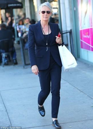Cómo combinar: zapatos oxford de cuero negros, pantalones pitillo azul marino, camiseta sin manga azul marino, blazer azul marino