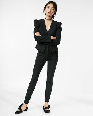 Cómo combinar: bailarinas de ante negras, pantalones pitillo negros, camiseta sin manga negra, blazer negro