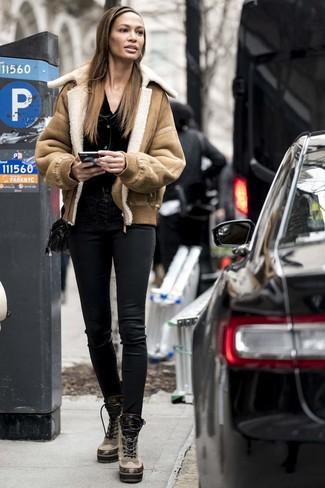 Cómo combinar: botas planas con cordones de cuero marrón claro, pantalones pitillo de cuero negros, cárdigan negro, chaqueta de piel de oveja marrón claro