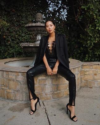 Cómo combinar: sandalias de tacón de ante negras, pantalones pitillo de cuero negros, corsé de encaje negro, blazer negro