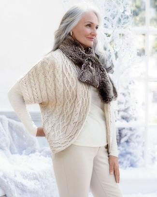 Cómo combinar: bufanda de pelo marrón, pantalones pitillo en beige, camiseta de manga larga blanca, cárdigan abierto de punto en beige