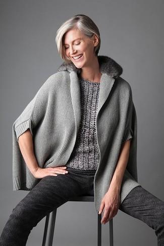 Cómo combinar: pantalones pitillo estampados en gris oscuro, jersey de manga corta gris, poncho gris