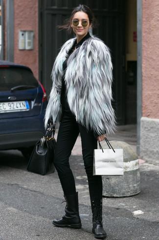 Cómo combinar: botas planas con cordones de cuero negras, pantalones pitillo negros, jersey con cremallera negro, chaqueta de piel gris