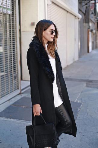 Cómo combinar: bolso de hombre de cuero negro, pantalones pitillo de cuero negros, jersey con cuello circular blanco, abrigo con cuello de piel negro