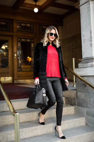 Cómo combinar: zapatos de tacón de ante negros, pantalones pitillo de cuero negros, jersey con cuello circular rojo, abrigo de piel negro