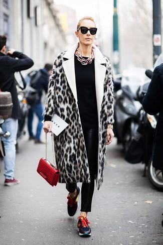 Cómo combinar: deportivas en multicolor, pantalones pitillo de cuero negros, jersey con cuello circular negro, abrigo de piel de leopardo en beige