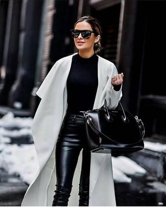Cómo combinar: bolsa tote de cuero negra, pantalones pitillo de cuero negros, jersey con cuello circular negro, abrigo duster blanco