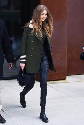 Cómo combinar: botines chelsea de cuero negros, pantalones pitillo de cuero negros, jersey con cuello circular verde oscuro, abrigo verde oscuro