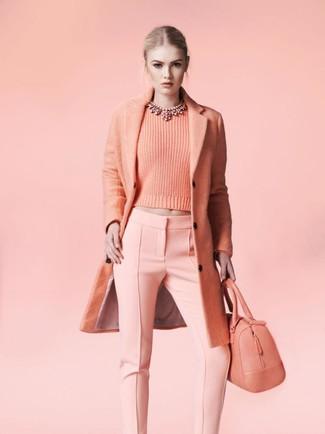 Cómo combinar: bolsa tote de cuero rosada, pantalones pitillo rosados, jersey con cuello circular rosado, abrigo rosado