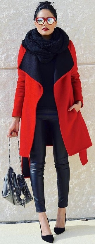 Cómo combinar: zapatos de tacón de ante negros, pantalones pitillo de cuero negros, jersey con cuello circular negro, abrigo rojo