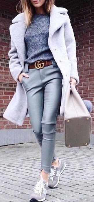 Cómo combinar: tenis de ante grises, pantalones pitillo de cuero grises, jersey con cuello circular gris, abrigo gris