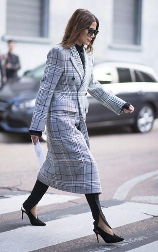 Combinar un abrigo de tartán gris estilo casual elegante: Intenta combinar un abrigo de tartán gris con unos pantalones pitillo negros para lidiar sin esfuerzo con lo que sea que te traiga el día. Zapatos de tacón de ante en negro y dorado son una opción inmejorable para complementar tu atuendo.