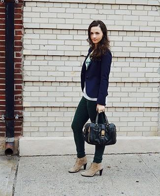 Cómo combinar: botines con cordones de ante marrón claro, pantalones pitillo estampados verde oscuro, jersey con cuello circular blanco, blazer azul marino
