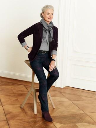 Cómo combinar: botines de ante burdeos, pantalones pitillo con print de flores azul marino, jersey con cuello circular gris, blazer burdeos