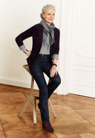 Combinar una pulsera de cuero negra: Intenta combinar un blazer de lana morado oscuro junto a una pulsera de cuero negra para un look agradable de fin de semana. Botines de ante burdeos son una opción inigualable para completar este atuendo.