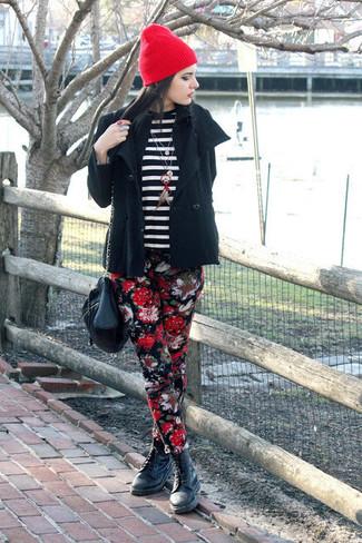 Cómo combinar: botas planas con cordones de cuero negras, pantalones pitillo con print de flores negros, jersey con cuello circular de rayas horizontales en negro y blanco, chaquetón negro